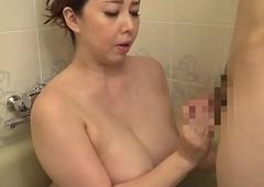 हॉट सौतेली माँ स्नान में दो जवान बेटे के साथ खेल रही है